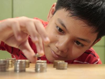 children saving money